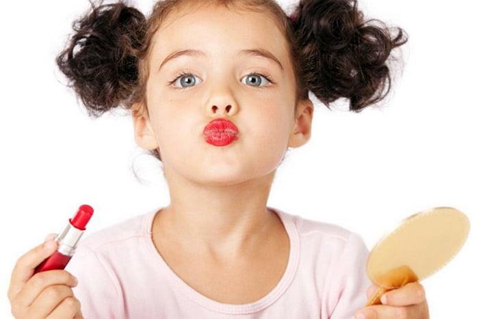 Девочка красит губы