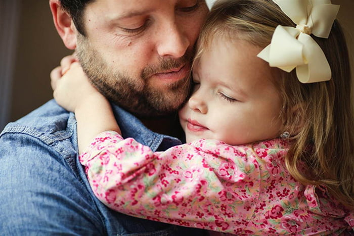 Девочка обнимает папу