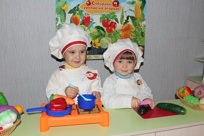 Малыши играют в поваров