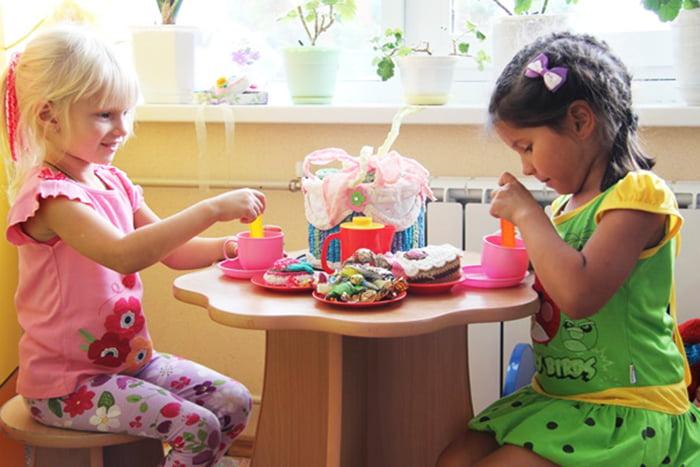 Девочки играют в чаепитие