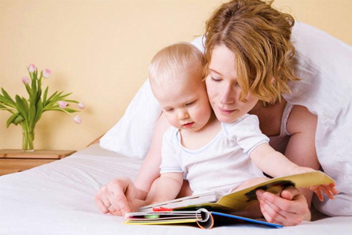 Мама с малышом рассматривают книжку
