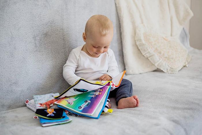 Ребенок с текстильной книжкой