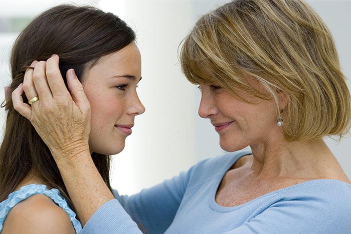 Мама поддерживает дочь