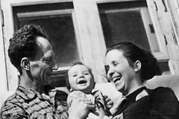 Супруги Никитины с маленьким ребенком