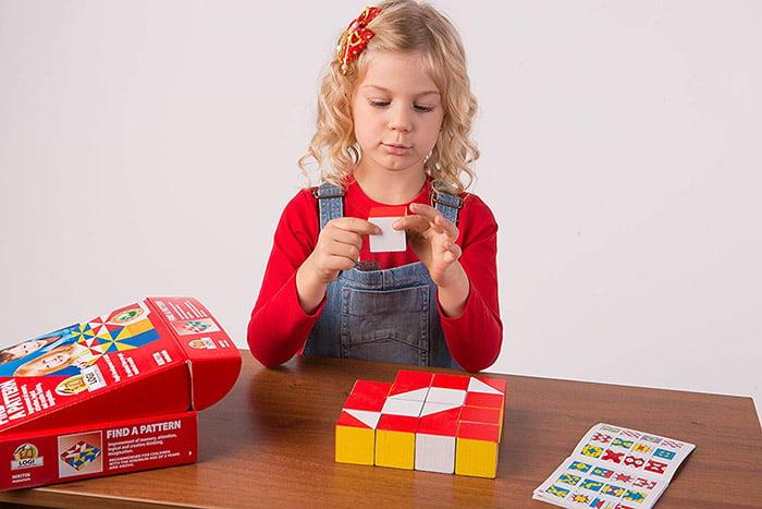Девочка собирает узор из кубиков Никитиных