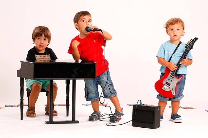 Дошкольники изображают музыкальную группу