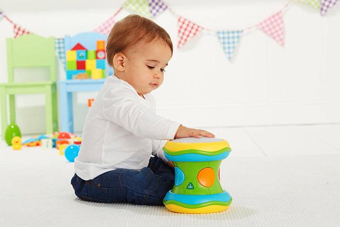 Малыш с игрушкой-барабаном
