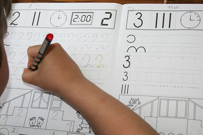 Ребенок учится писать цифры