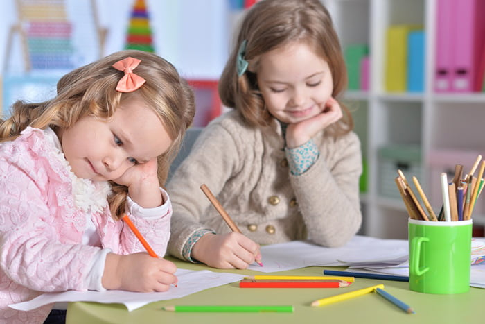 Девочки учатся писать