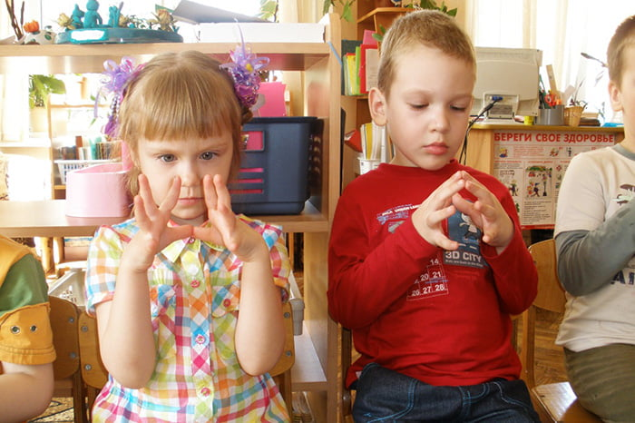 Дети занимаются пальчиковой гимнастикой