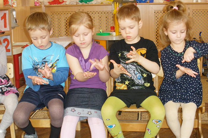 Дети выполняют пальчиковые упражнения