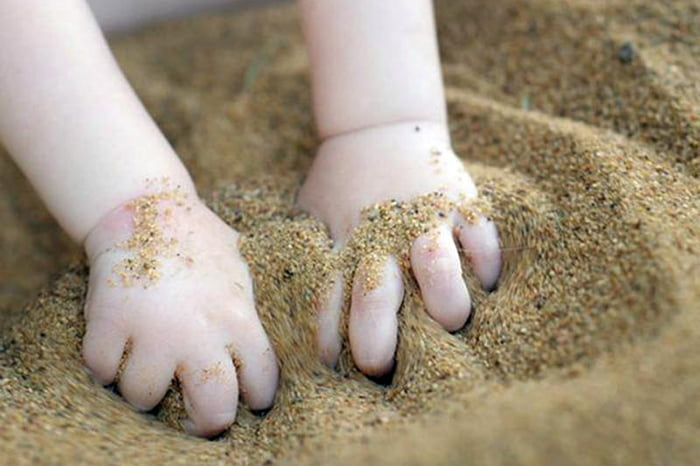 Ребенок играет в песке