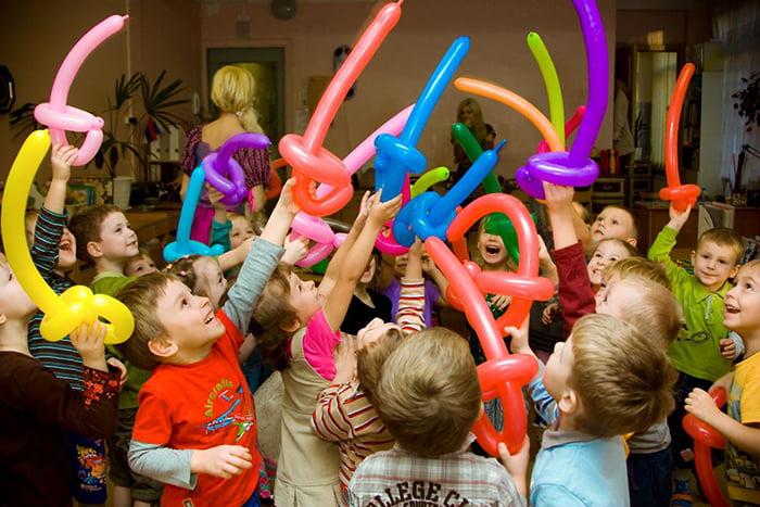 Дети играют в мушкетеров со шпагами из воздушных шаров