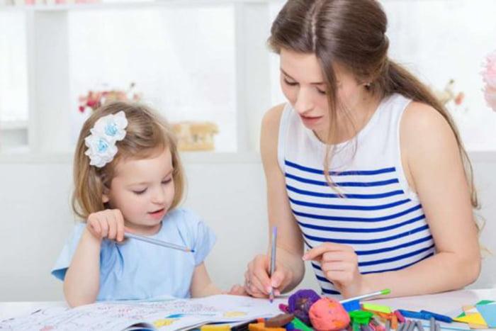 Девочка с мамой рассматривает картинки