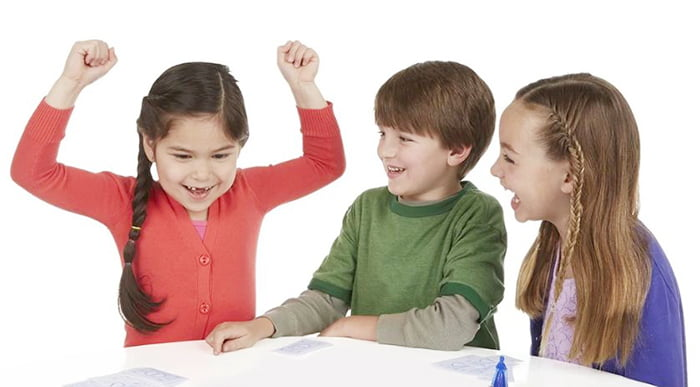 Дети играют в игру с карточками