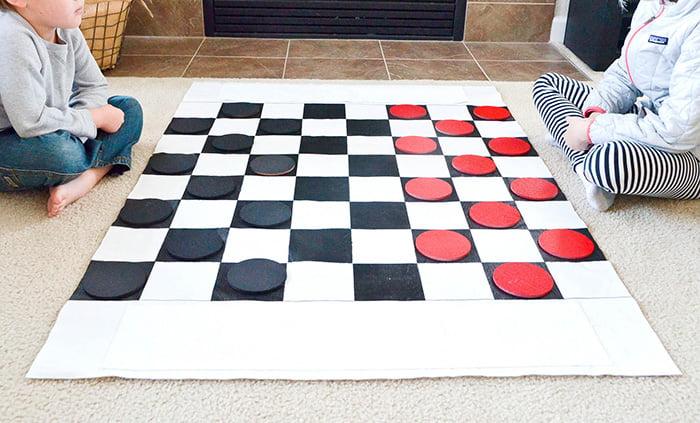 Дети учатся играть в шашки