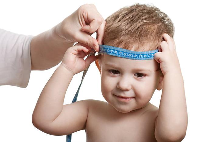 Измерение окружности головы двухлетнего ребенка
