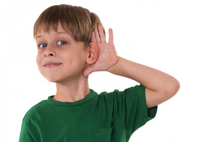 Мальчик прислушивается