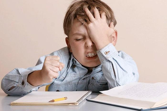 Ребенок злится, делая домашнее задание