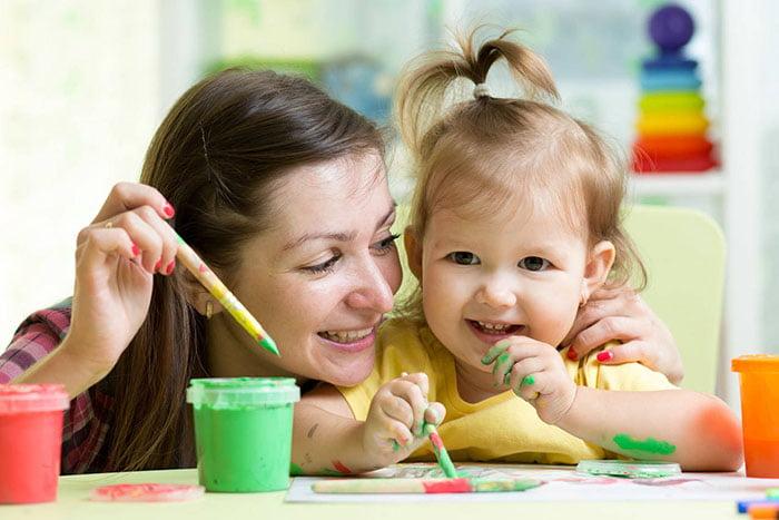 Мама учит дочку рисовать