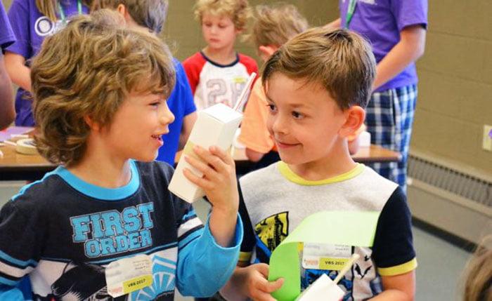 Дети общаются во время творческого занятия