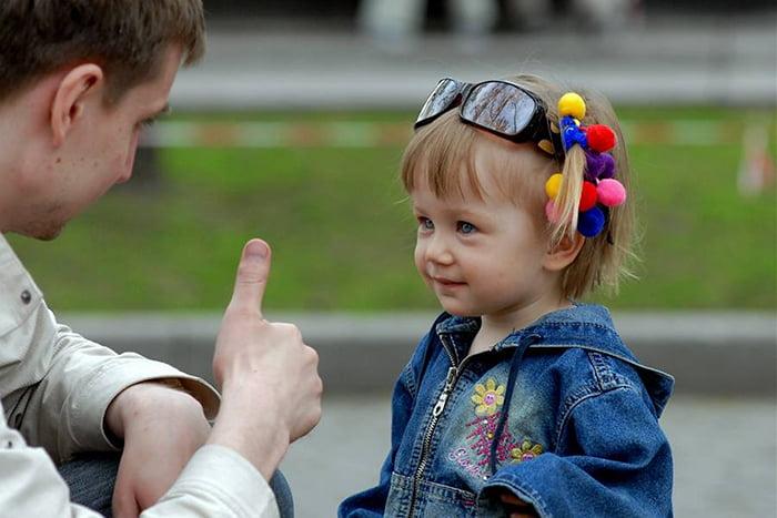 Папа подбадривает дочку