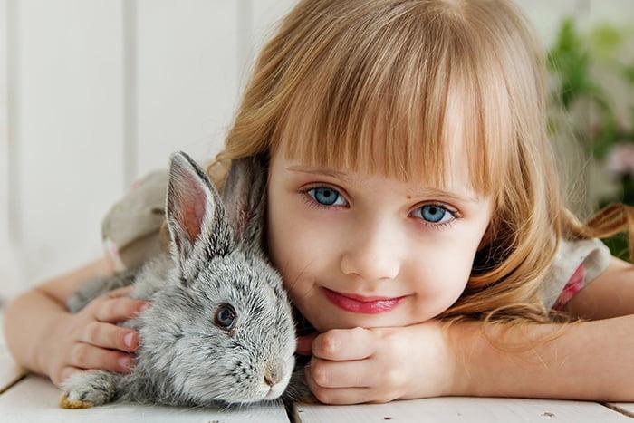 Девочка с домашним кроликом