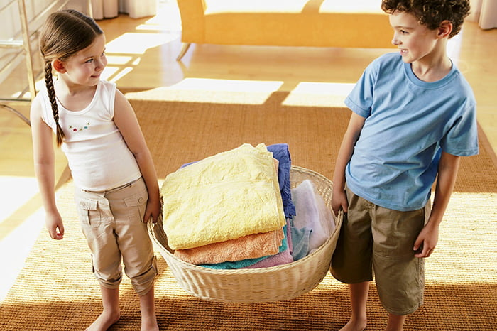 Дети помогают маме со стиркой