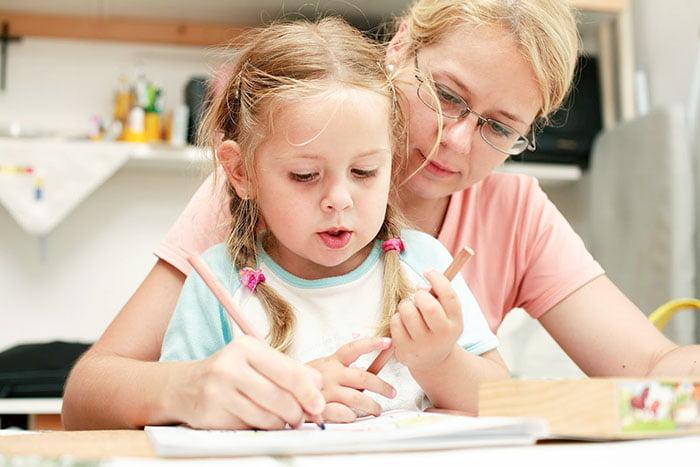 Девочка рисует вместе с мамой