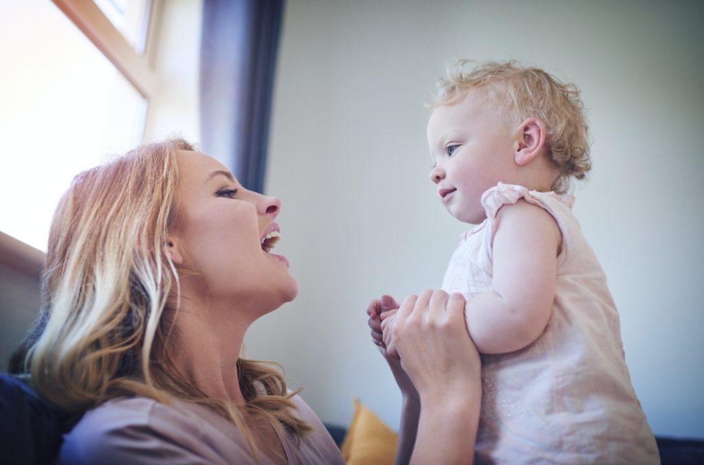 Мама разговаривает с годовалым малышом