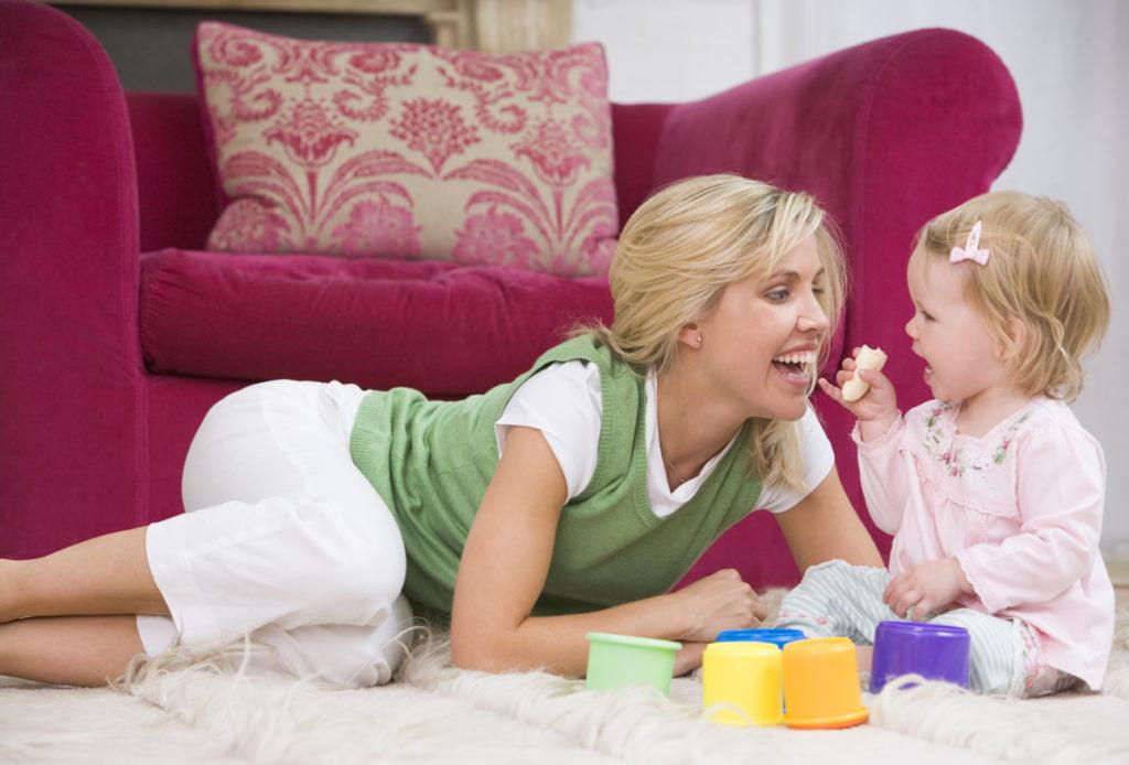 Мама играет с годовалой дочкой