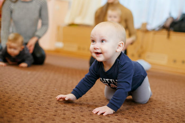 Малыш ползает по полу