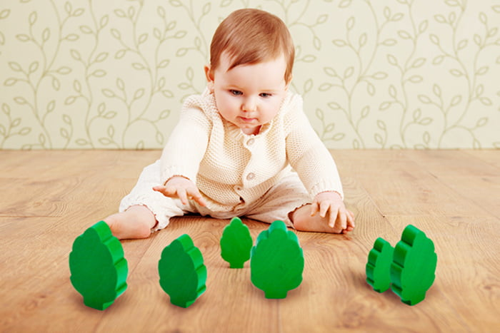 Полугодовалый малыш тянется к игрушкам
