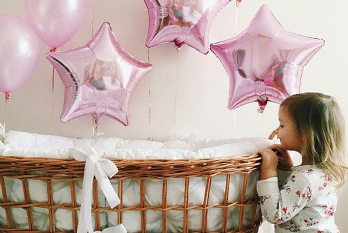 Воздушные шарики у кроватки малыша