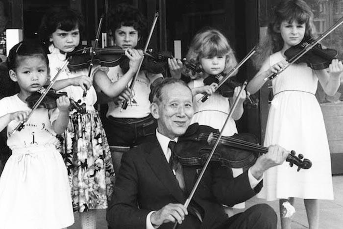 Судзуки Синъити и его ученики играют на скрипках