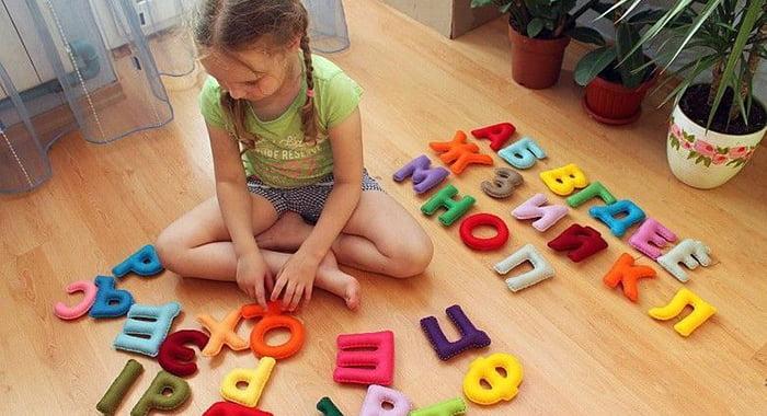 Девочка с игрушками-буквами