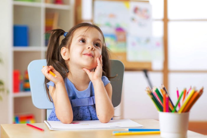 Девочка с цветными карандашами