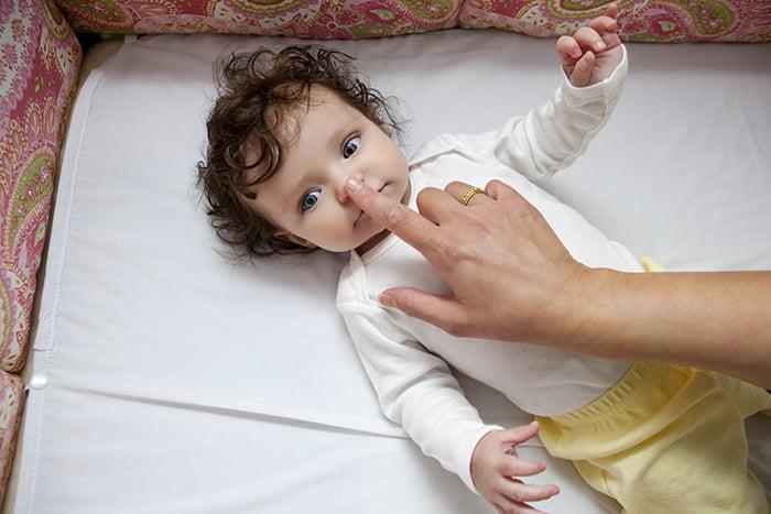 Мама трогает носик малыша