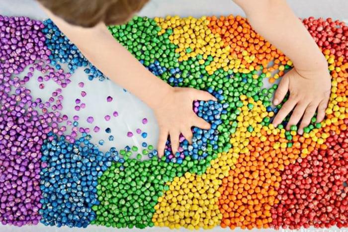 Сенсорная коробка с разноцветной крупой
