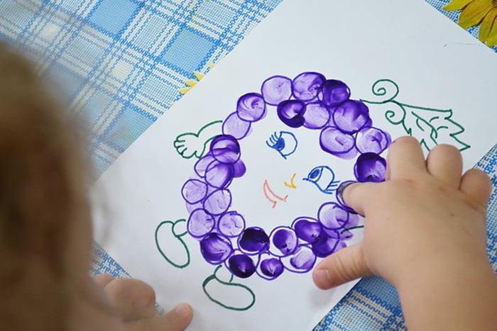 Ребенок рисует пальчиком