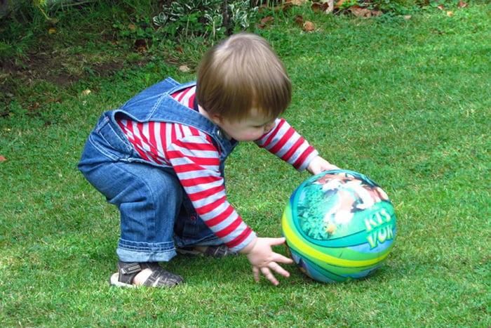 Ребенок играет с мячом