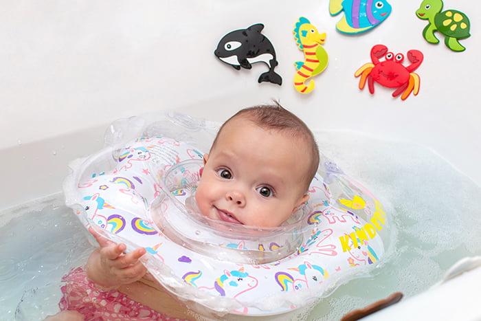 Малыш с кругом для безопасности в ванне