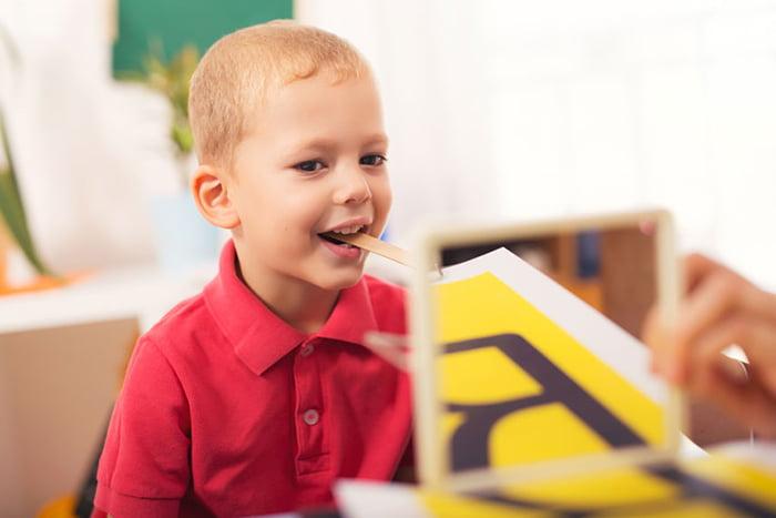 Ребенок на занятии с логопедом