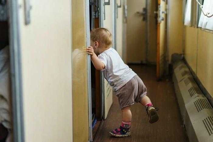 Маленький ребенок в вагоне поезда