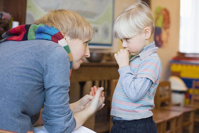 Логопед разговаривает с ребенком