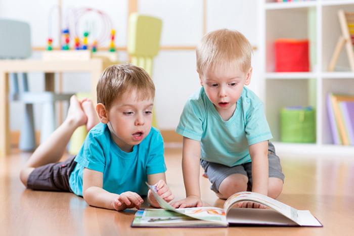 Четырехлетние дети рассматривают книжку