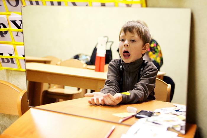Ребенок выполняет артикуляционное упражнение