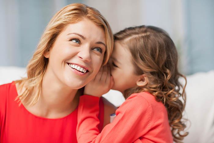 Дочка рассказывает секрет маме