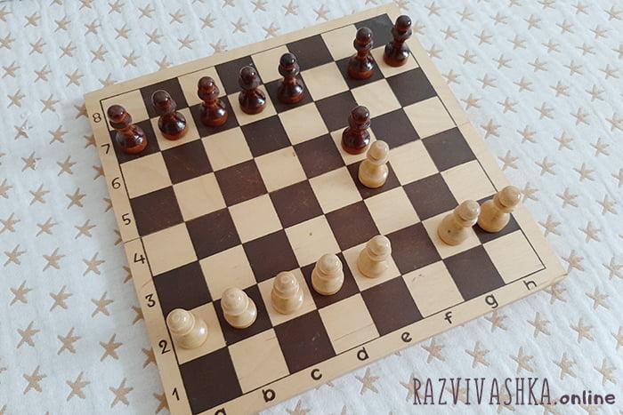 Две пешки напротив друг друга на шахматной доске