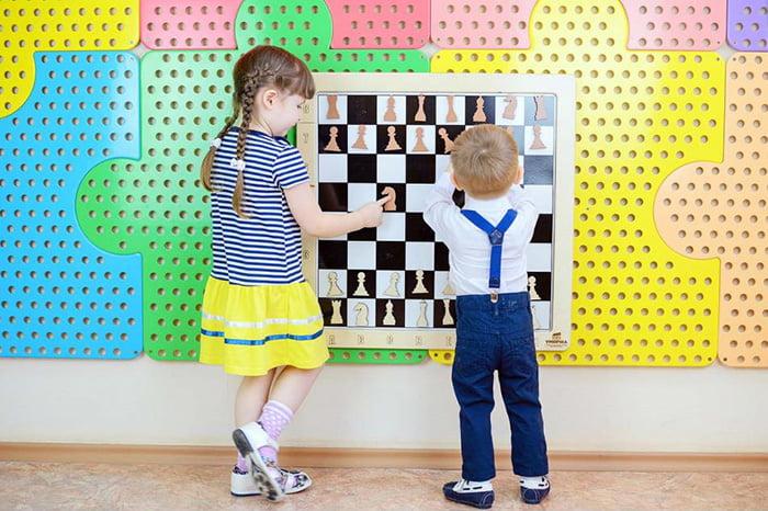 Дети учатся играть в шахматы